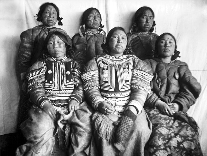 A group of Inuit women photographed during one of George Comer's visits to the Chesterfield Inlet area in the early 20th century. (HARPER COLLECTION)