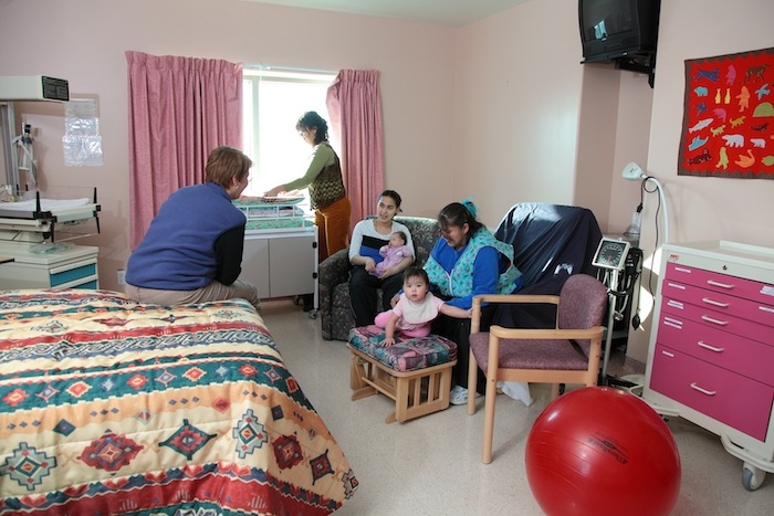 Midwives meet with new mothers in the birthing room at the Kitikmeot health centre in Cambridge Bay. (PHOTO BY BILL BRADEN, COURTESY OF NUNAVUT HSS)