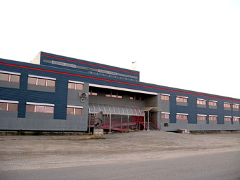The attitude and actions of some teachers at Puvirnituq's Iguarsivik school made their situation worse, a fellow teacher from the South says. The teachers experiencing the worst problems were francophones, who start teaching French to students in Grade 4. (FILE PHOTO)