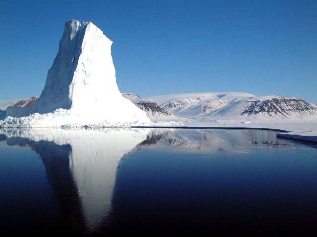 An iceberg in Baffin Bay. Clyde river residents and hunters are heading to the Supreme Court of Canada Nov. 30 to prevent a consortium of companies from seismic blasting for seabed oil and gas reserves here and in Davis Strait. (WIKIMEDIA COMMONS PHOTO)